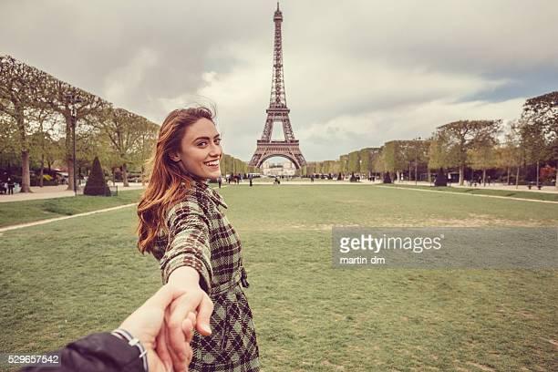 Attraktive Frau mit Ihrem Freund sightseeing in Paris