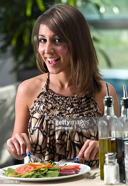 Atraente mulher sorridente, comer o almoço