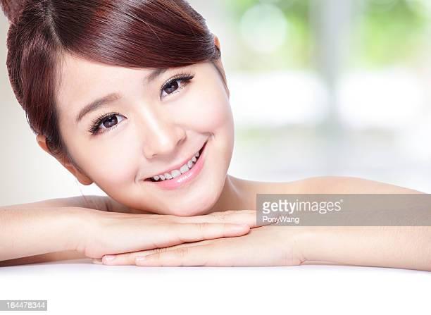 Belle femme souriante avec dents de la santé de la peau et