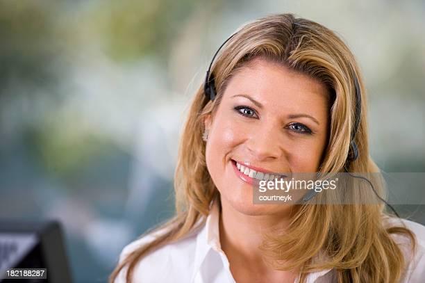 Belle femme souriant avec un Casque téléphonique