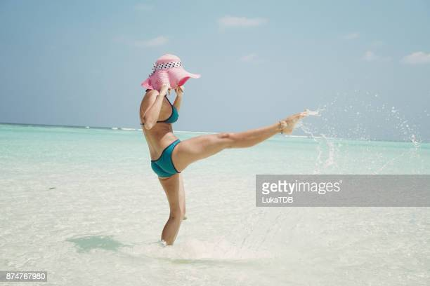 Attraktive Frau verbringen lustige Reise auf die Malediven