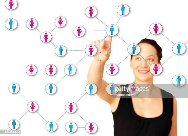 Belle femme en prenant soin de son réseau de contact en ligne