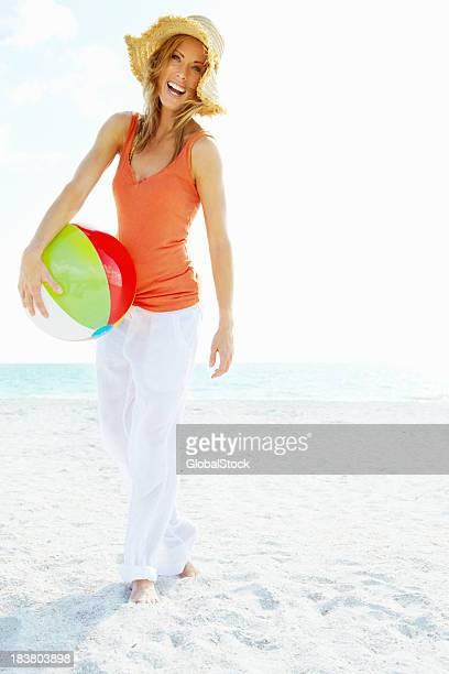 Belle femme avec ballon de plage