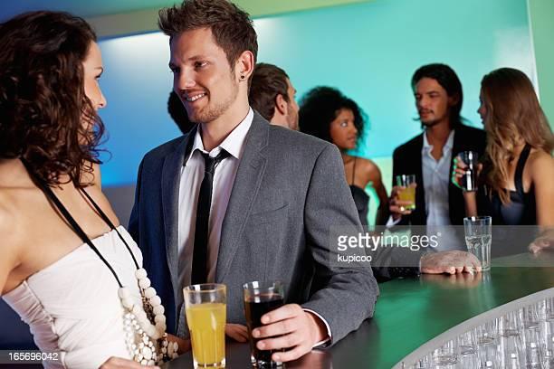 Attraktive Frau mit schönen Mannes an der bar