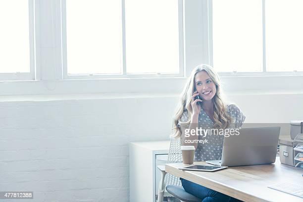 Attraktive Frau, die arbeitet auf einem laptop-computer.