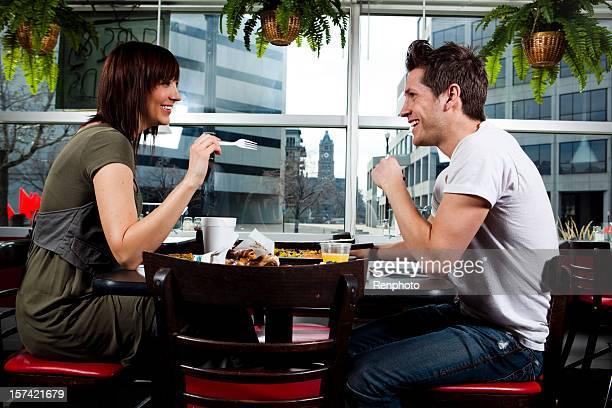 Attraktives Junges Paar Essen gehen