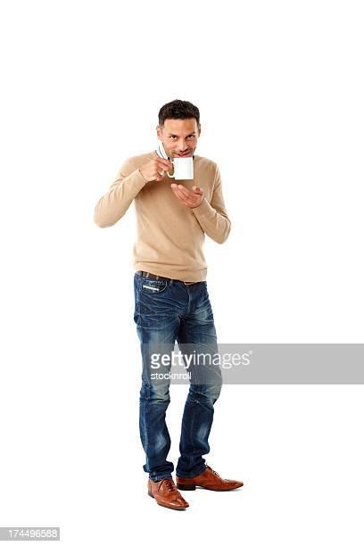 コーヒーを飲みながらの魅力的な若い男性