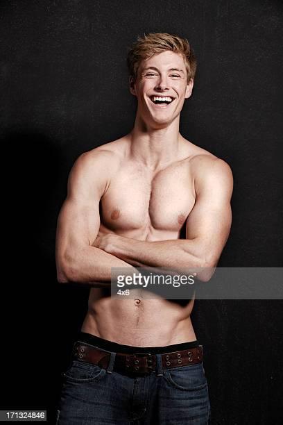 Atraente jovem homem a rir