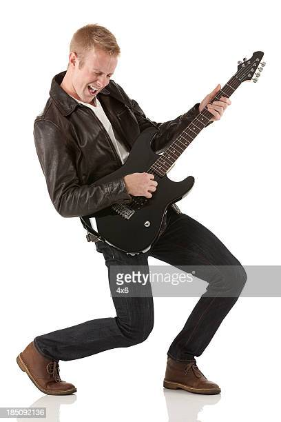 Attraktive junge Männer spielen eine Gitarre