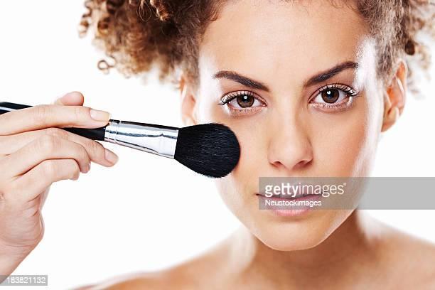 Belle jeune femme application de maquillage avec brosse