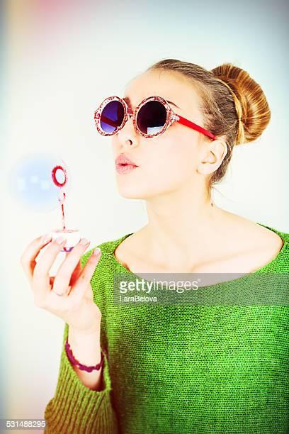 Attraktive junge Frau blowing soap bubbles