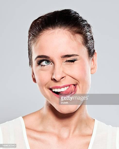 Séduisante jeune femme Grimace de crispation