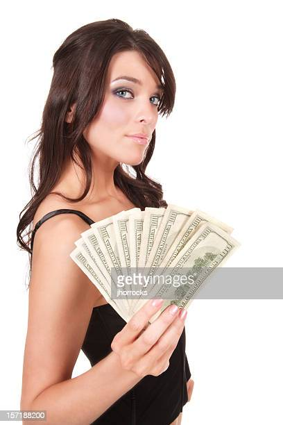 Atractiva joven mujer agarrando la caja de dinero