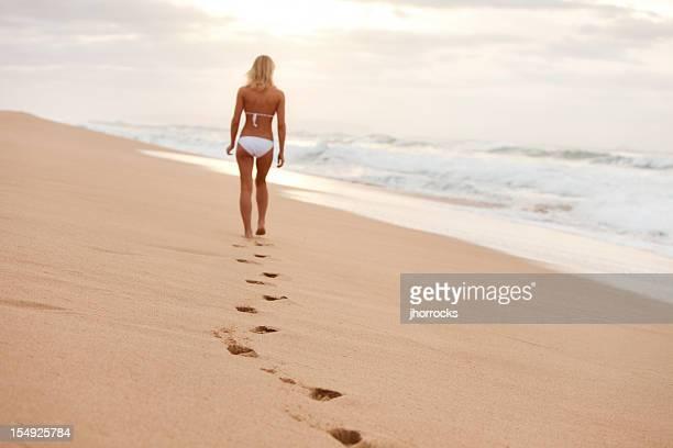Attraktive junge Frau in weißem Bikini auf Hawaii Beach