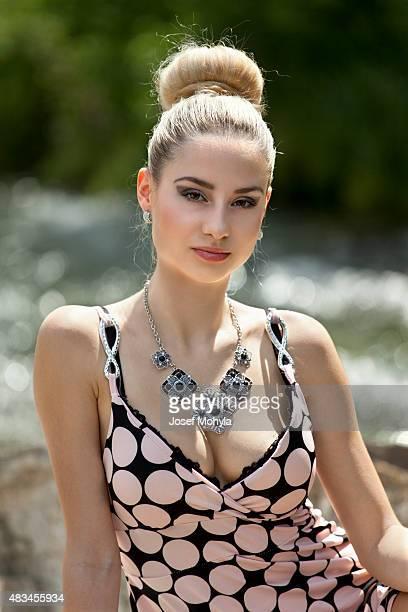 Attraente giovane donna sulla Roccia di fiume