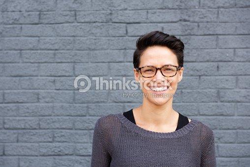 7901afe8f Atraente Jovem mulher sorridente com óculos   Foto de stock