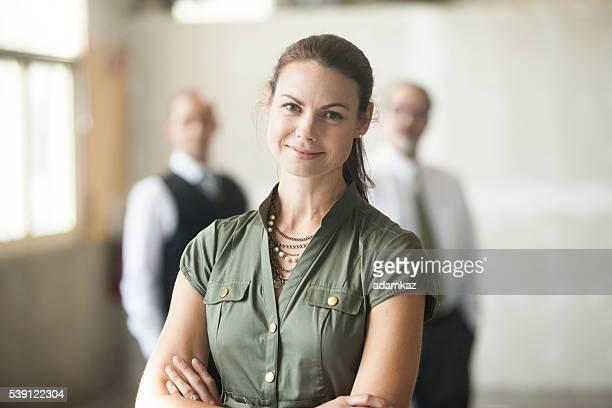 Assurance belle jeune femme debout devant son équipe
