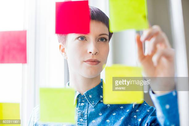 Atraente jovem ver notas post-it