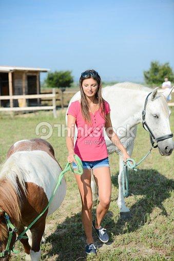 1475f3d0df9c Belle Jeune Femme Et Cheval De Camargue Et Poney Photo   Thinkstock