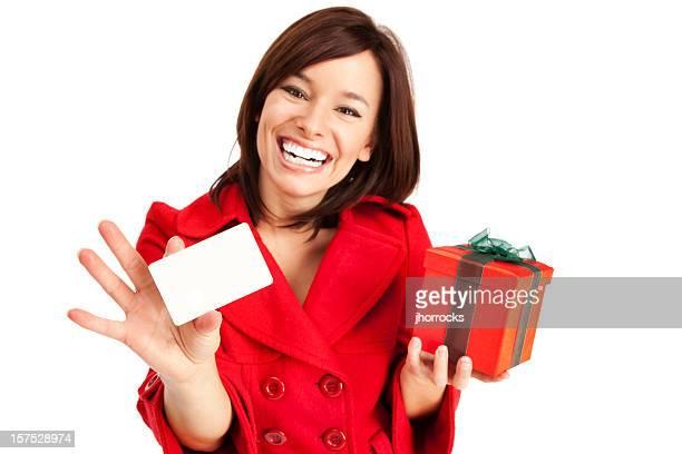 Attraktive junge Frau mit Geschenkkarte und Box