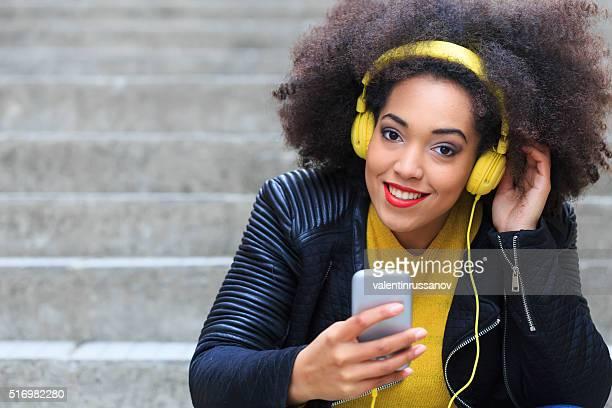 Belle jeune femme avec casque jaune-espace de copie