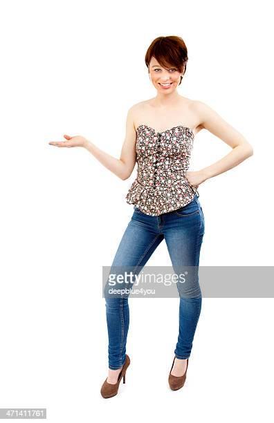 Attraktive brunette femme avec la main sur blanc pointant