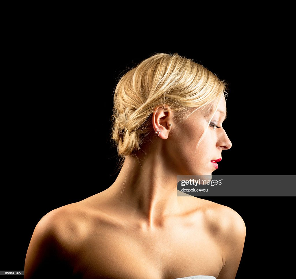 Attraktive young blond woman on black