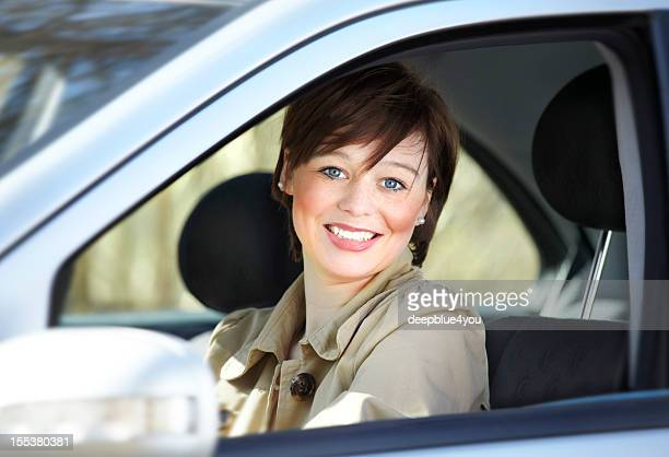 Attraktive giovane donna in auto