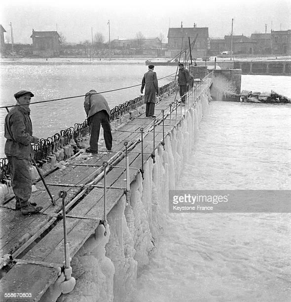 Au barrage du Portàl'Anglais de la paille est placée dans les aiguilles afin d'obstruer le barrage ce qui permetta aux glaçons de passer audessus...