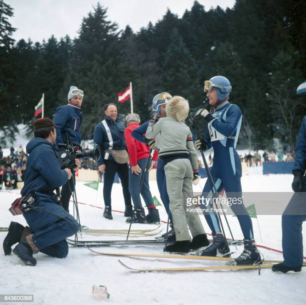 Au bas des pistes la femme d'Herbert Huber vient le féliciter et l'embrasse à côté JeanClaude Killy vainqueur à Grenoble France en 1968