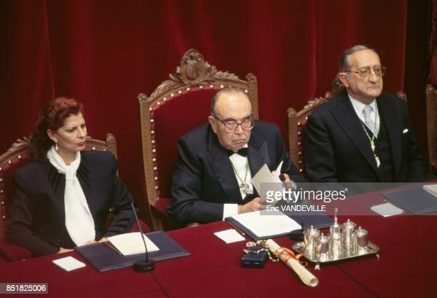 Au centre le directeur de l'Académie royale espagnole Fernando Lazaro linguiste et critique littéraire en juin 1995 à Madrid Espagne