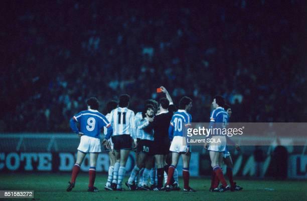 Au centre le joueur Diego Maradona en discussion avec l'arbitre qui a sorti un carton rouge lors du match de football FranceArgentine au Parc des...