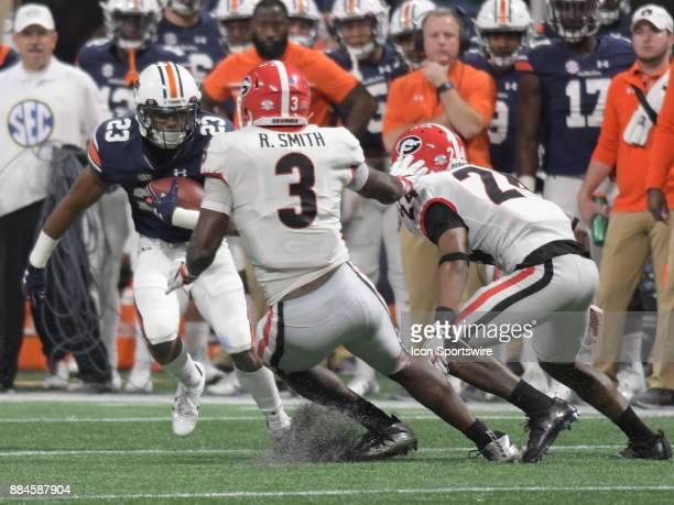 Auburn Tigers wide receiver Ryan Davis rushes the ball after a reception as Georgia Bulldogs linebacker Roquan Smith and Georgia Bulldogs defensive...
