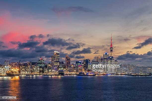 Auckland city mit dramatischen Sonnenuntergang-Himmel