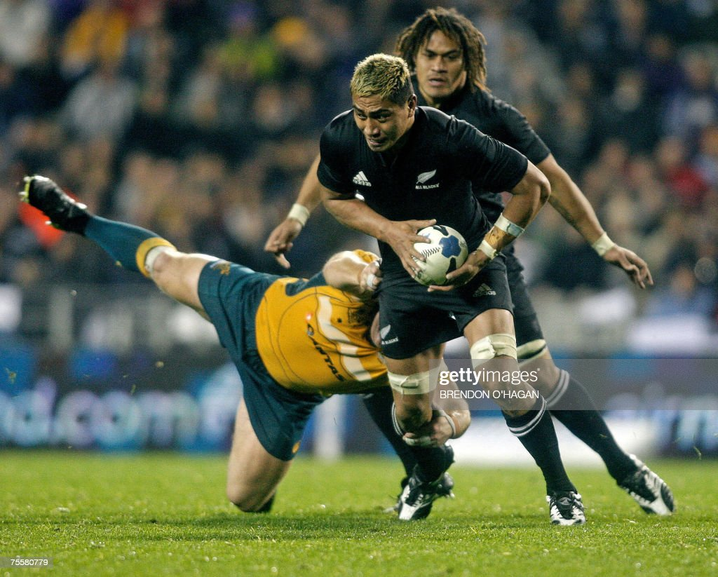 All Black's Jerry Collins (with ball) and Rodney So'oialo try to pass Australia's defense during a Tri-Nations rugby international between New Zealand and Australia at Eden Park, 21 July 2007. The All Blacks won 26-12. AFP PHOTO/Brendon O