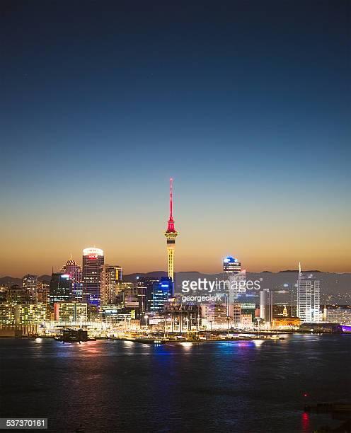 Auckland skyline in der Dämmerung