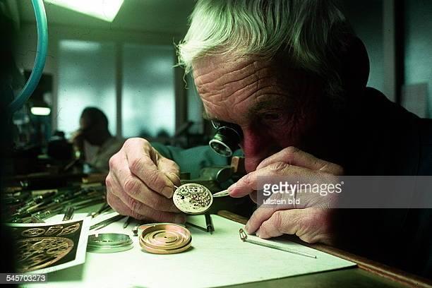 Uhrmacher bei der Arbeit 1995