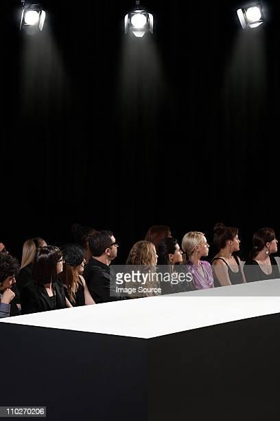 Public au défilé de mode vide Regarder