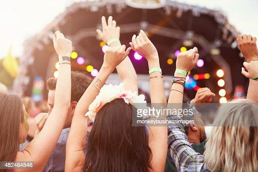 Audiencia con las manos en el aire en un festival de música : Foto de stock