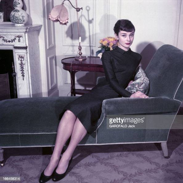audrey hepburn and mel ferrer dans un salon l 39 actrice. Black Bedroom Furniture Sets. Home Design Ideas