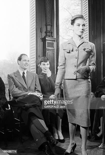 Audrey Hepburn And Mel Ferrer In Paris France Paris mars 1955 Audrey HEPBURN et Mel FERRER en vacances Le couple d'acteurs en visite chez le...