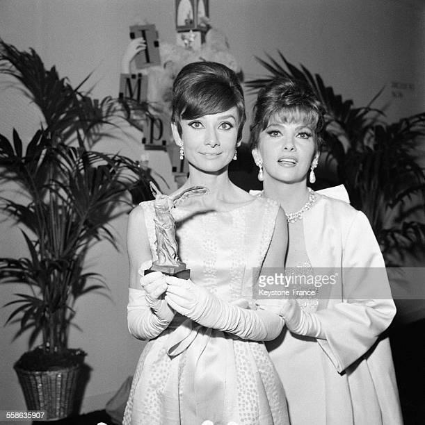 Audrey Hepburn et Gina Lollobridgida lors de la cérémonie des vingtièmes 'Nuits du cinema' à Paris France le 29 octobre 1965