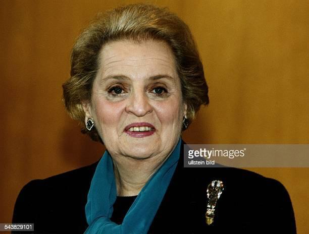 Außenministerin der USA Madeleine Albright bei einem Besuch in Bonn mit Brosche