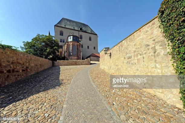 Auf einem Felsruecken zwischen der Zwickauer Mulde und dem Hellerbach thront das mittelalterliche Schloss Rochlitz eine mehrfach umgebaute und...