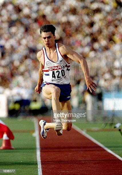 jonathon edwards Jonathan david edwards, cbe, (born 10 may 1966 in london) is a former british triple jumperhe is a former olympic, commonwealth, european and world champion he has held the world record in.
