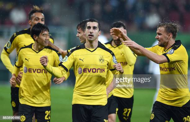 FUSSBALL DFB FC Augsburg Borussia Dortmund Henrikh Mkhitaryan bejubelt seinen Treffer mit den Gratulanten Shinji Kagawa Julian Weigl und Marcel...