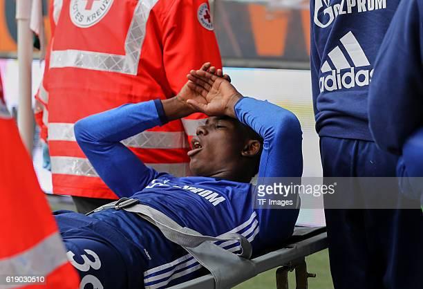 Augsburg Deutschland 1 Bundesliga 7 Spieltag FC Augsburg FC Schalke 04 Breel Embolo wird verletzt vom Platz getragen