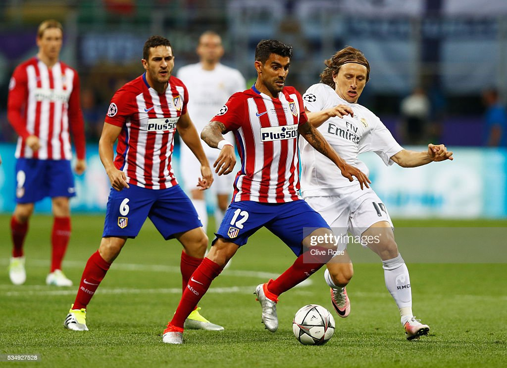 <a gi-track='captionPersonalityLinkClicked' href=/galleries/search?phrase=Augusto+Fernandez&family=editorial&specificpeople=684736 ng-click='$event.stopPropagation()'>Augusto Fernandez</a> of Atletico Madrid battles for the ball with <a gi-track='captionPersonalityLinkClicked' href=/galleries/search?phrase=Luka+Modric&family=editorial&specificpeople=560350 ng-click='$event.stopPropagation()'>Luka Modric</a> of Real Madrid during the UEFA Champions League Final match between Real Madrid and Club Atletico de Madrid at Stadio Giuseppe Meazza on May 28, 2016 in Milan, Italy.
