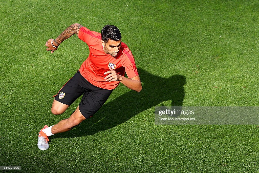 <a gi-track='captionPersonalityLinkClicked' href=/galleries/search?phrase=Augusto+Fernandez&family=editorial&specificpeople=684736 ng-click='$event.stopPropagation()'>Augusto Fernandez</a> of Atletico Madrid controls the ball during an Atletico de Madrid training session on the eve of the UEFA Champions League Final against Real Madrid at Stadio Giuseppe Meazza on May 27, 2016 in Milan, Italy.