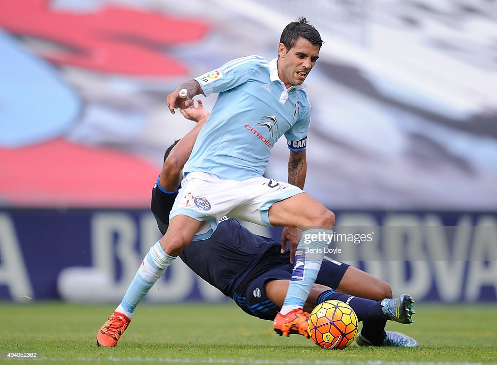 <a gi-track='captionPersonalityLinkClicked' href=/galleries/search?phrase=Augusto+Fernandez&family=editorial&specificpeople=684736 ng-click='$event.stopPropagation()'>Augusto Fernandez</a> of Celta vigo is tackled by Henrique Casemiro of Real Madrid during the La Liga match between Celta Vigo and Real Madrid at Estadio Balaidos on October 24, 2015 in Vigo, Spain.